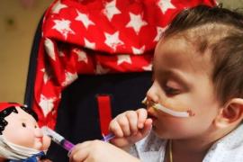 Un niño de 3 años recibe el alta en el hospital de La Paz tras someterse a seis trasplantes