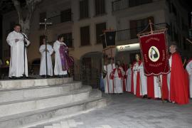 Unas 200 personas se manifiestan en procesión  en Santa Margalida  contra la crisis y el terrorismo