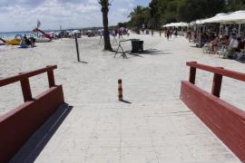 Alcúdia se prepara para reabrir sus playas el 8 de junio con un tercio de hamacas y sombrillas