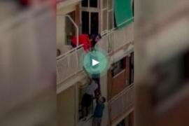 Una cadena humana salva a un anciano de caerse por el balcón
