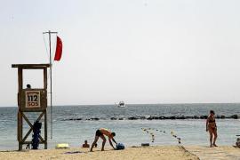 Los socorristas vigilan desde este viernes que se cumplan las medidas frente al COVID-19 en las playas de Palma