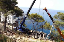 Laborioso rescate de un camión que quedó colgando en un acantilado del Port de Sóller