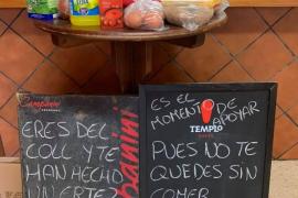 Solidaridad en una cafetería de Palma: Un 'kit' de alimentos para los vecinos necesitados