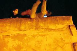 La policía coge al vuelo al delincuente que se quería lanzar de un cuarto piso en Palma