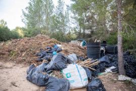 Los residuos acumulados en un solar junto a Casa Lola, en imágenes (Fotos: Toni P.).