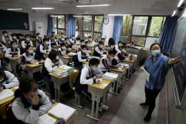 Más de 57.000 estudiantes de Wuhan retoman las clases en los institutos
