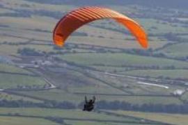 Denunciado un hombre por volar en parapente en Menorca