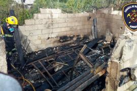 Los bomberos sofocan un fuego en un almacén de obra en Inca