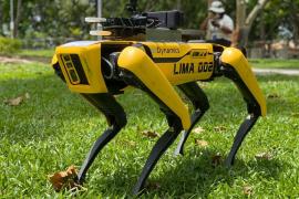 Un perro-robot mantiene la distancia social en los parques de Singapur