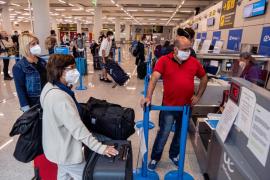 Los pasajeros llegados a Baleares casi se duplican en una semana