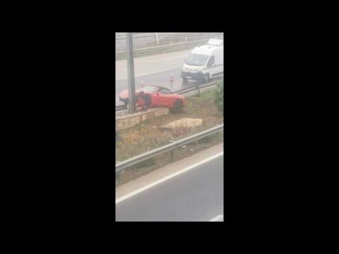 Un coche se estrella contra una señal en la autopista del aeropuerto