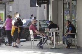 Varias personas, en la terraza de una cafetería de Vila durante la fase 1.