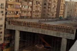 La surrealista autopista de Egipto a escasos centímetros de unos edificios