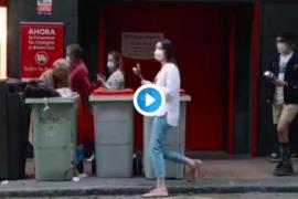 Indignación por el vídeo de una mujer buscando en la basura durante las protestas en el barrio de Salamanca