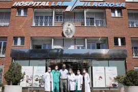 Javier Ortega Smith junto al equipo de sanitarios del hospital.