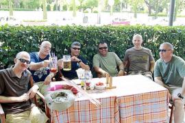 Los comerciantes de s'Hort del Rei disfrutan de la generosidad de los marines del Eisenhower