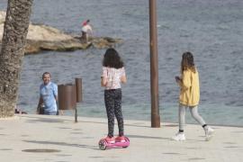 Los menores pueden salir a pasear con dos adultos