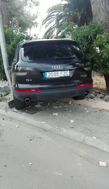 Un coche se estrella en Palmanova y sus ocupantes huyen