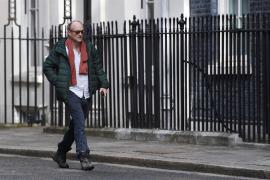 Johnson agita la desescalada para contrarestar las críticas por mantener a su asesor