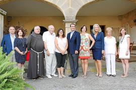 El embajador de Estados Unidos visita la casa museo del Pare Serra