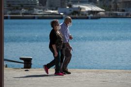 Dos personas mayores, de paseo por Vila durante la fase 1.