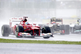 Alonso marca el mejor tiempo bajo la lluvia de Silverstone