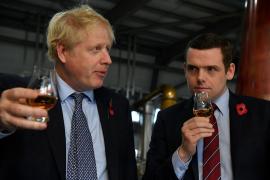 Dimite un miembro del Gobierno británico por la respuesta ante el caso del asesor de Johnson