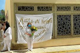 María Muñoz posa ante el cartel de jubilación que realizaron sus compañeros.
