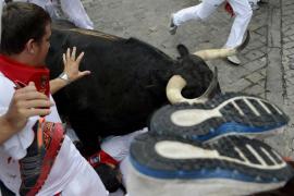 Un toro rezagado crea peligro en un tercer largo encierro con tres corneados
