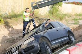 La retirada del coche que se precipitó a una zanja en Ibiza, en imágenes .