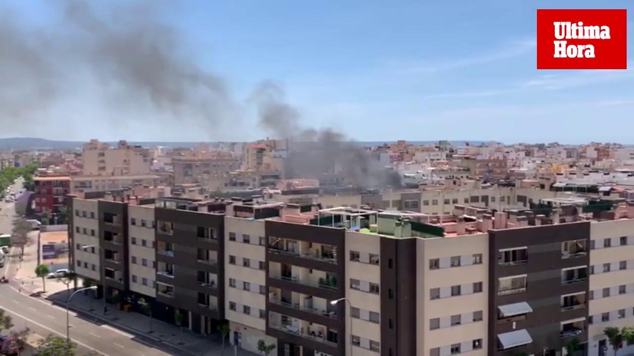 Arde un toldo en el tejado de una vivienda en Palma