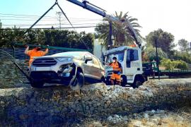 Aparatoso accidente de un vehículo que se empotró contra una valla en Jesús