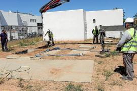 Varios operarios trabajan en las obras de la estación de bombeo de Talamanca.