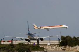 Un avión de Air Nostrum despega del Aeropuerto de Menorca.