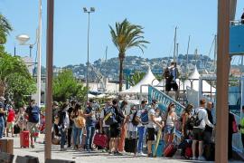 Los pasajeros, en la cola de acceso al ferry de Baleària con salida programada a las 11.00 horas de ayer y que acabó zarpando media hora más tarde.