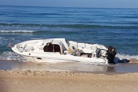 Piden la retirada de una lancha encallada en la Playa de Palma hace meses