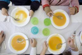Los centros reparten las tarjetas de 100 euros para familias vulnerables sin beca de comedor