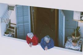 Dos mujeres, en un balcón.