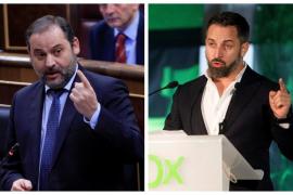 Abascal y Ábalos, a la gresca en Twitter por el permiso de armas del líder de Vox