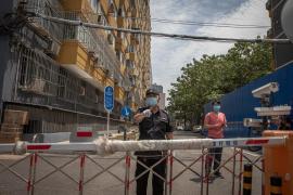 Pekín aumenta su nivel de emergencia por el rebrote y cancela miles de vuelos