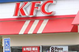 KFC niega el servicio a un hombre que fue a pedir comida en carro y caballo