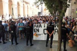 La Policía impide el acceso al Parlament a los manifestantes en favor del catalán