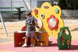 Un niño juega en un parque infantil de Vila.