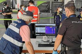 Unos 60 sanitarios controlan la llegada de turistas en puertos y aeropuertos de Baleares