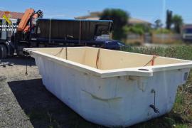 Tres detenidos por robar dos piscinas de fibra y un remolque en Santa Maria