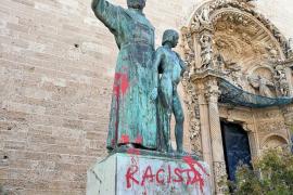 Pintan la estatua de Juníper Serra en Sant Francesc