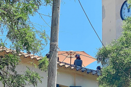 Denuncian que el tejado de la rectoria de es Capdellà «se ha convertido en un 'chill out'»