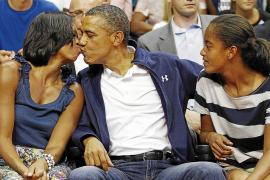 El beso de Obama a su esposa en un partido de baloncesto genera debate