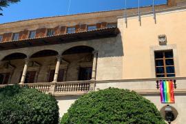 El Govern cuelga la bandera LGTBI en la fachada del Consolat de Mar con motivo del Día del Orgullo 2020