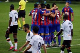 El Eibar derrota al Valencia y se aleja del descenso